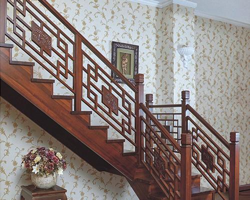 家装楼梯的栏杆宽度:应考虑小孩夹头的可能性,要么是小孩头部进不去的