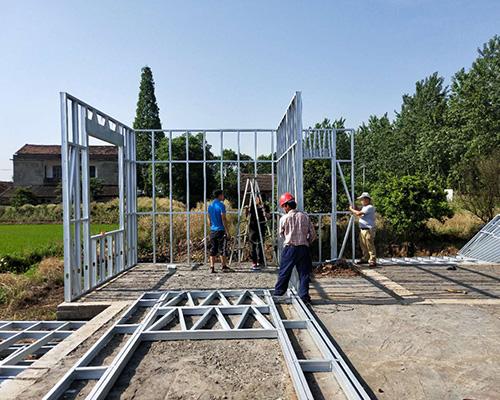 轻钢别墅,又被称为轻钢结构房屋,其主要材料是由热镀锌钢带经冷轧技术
