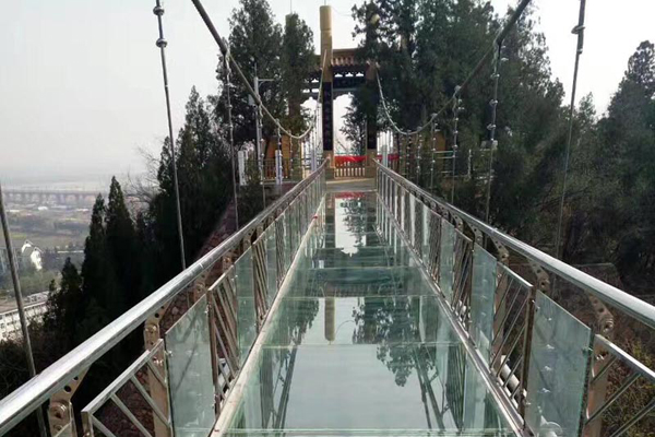 吊橋一般建在空中,所以安全性是運營中尤為重要的,過硬的吊橋質量能讓企業贏得更加廣闊的市場,用戶也會更加信任,過硬的吊橋品質也能讓廠家獲得更好的經濟效益,從而實現企業的長久發展。陜西玻璃水滑道景區游樂設備往往關系到眾多游客的安全,一旦發生事故或是微小的危害都將引起社會比較大的關注,給景區甚至當地監管部門都會帶來比較大的壓力,所以避免景區游樂設備發生事故,做好定期檢查是非常重要的。為了提高景區游樂設備的安全性,景區需要做好定期的檢查以及維護保養,尤其是要注重日常的檢查工作,在每次使用之前都要對游客的安全裝置